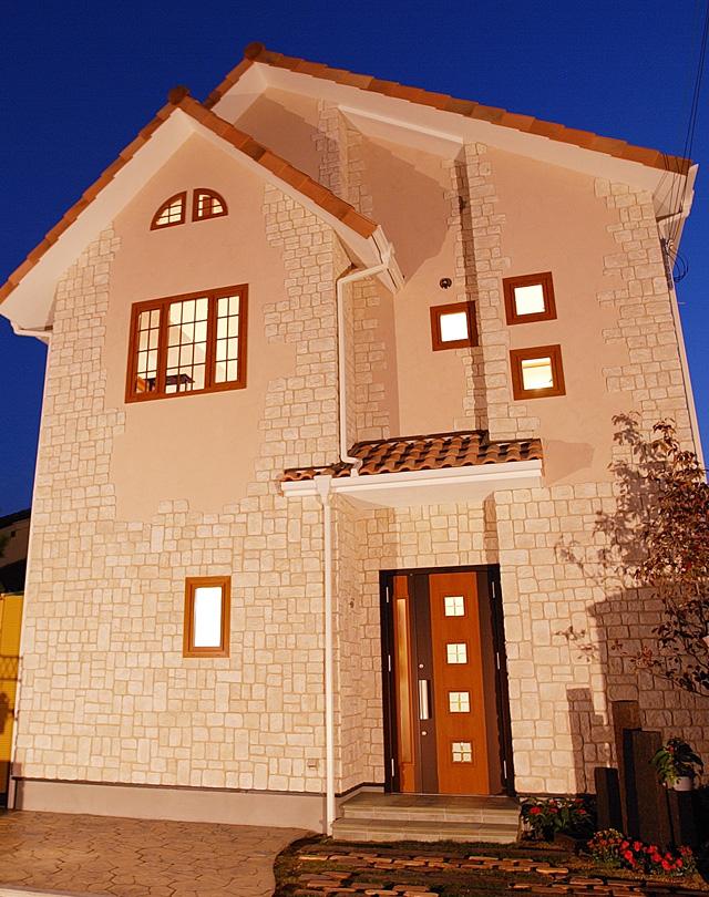 テラスのある南欧風の家