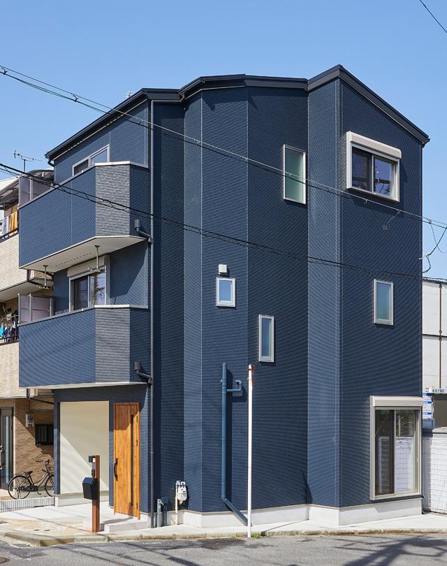 三角形の変形地に建つ家